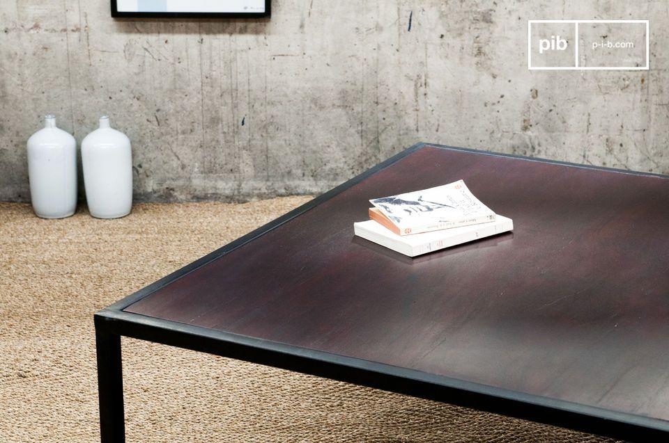 Het dikke tafelblad van de Smoke salontafel is gelakt in een Mahonie kleur en het tafelblad rust op