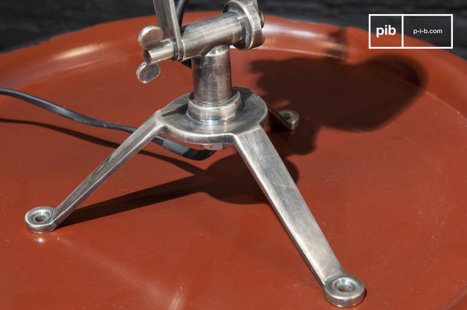 Deze lamp is ontworpen in een industriële vintage stijl met zijn ronde vorm