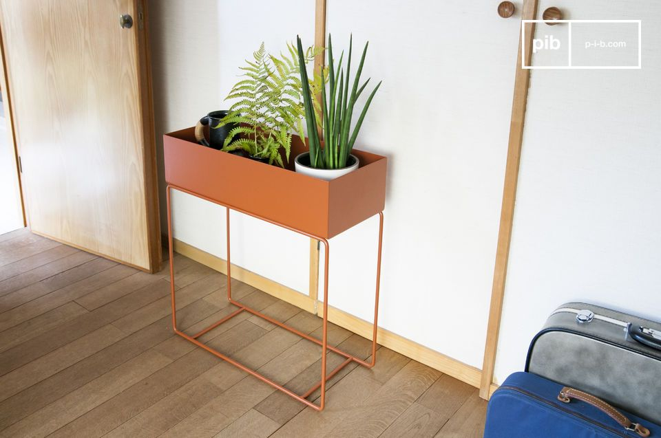 Deze metalen plantenbak valt op door de bruine kleur die hij heeft en het contrast tussen zijn