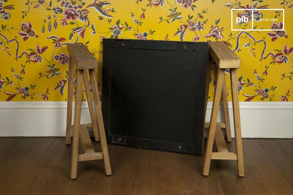 Deze bijzettafel is een praktisch klein meubelstuk dat met trots zijn edel houten structuur toont