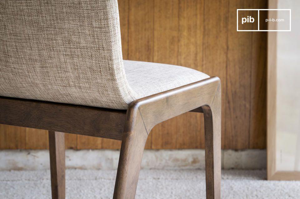 Een stevige en comfortabele stoel, om rondom een mooie tafel te plaatsen, of als elegante werkstoel