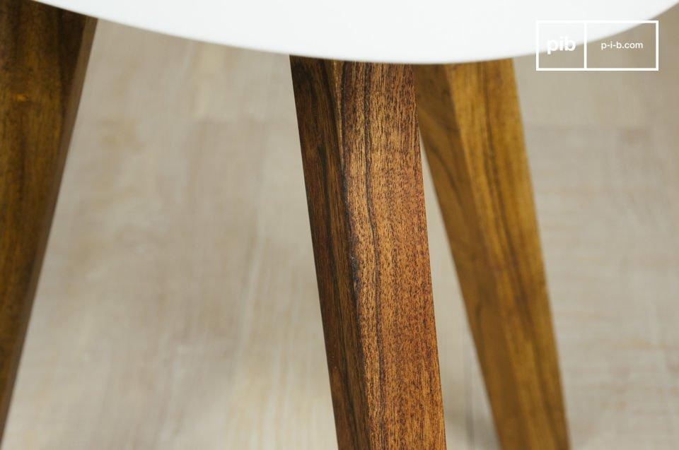 Een typische vintage Scandinavische meubelstuk met een prachtig contrast tussen de donkere poten van