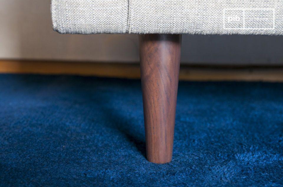 De stoffen fauteuil Silkeborg heeft regelmatige en uitnodigende vormen
