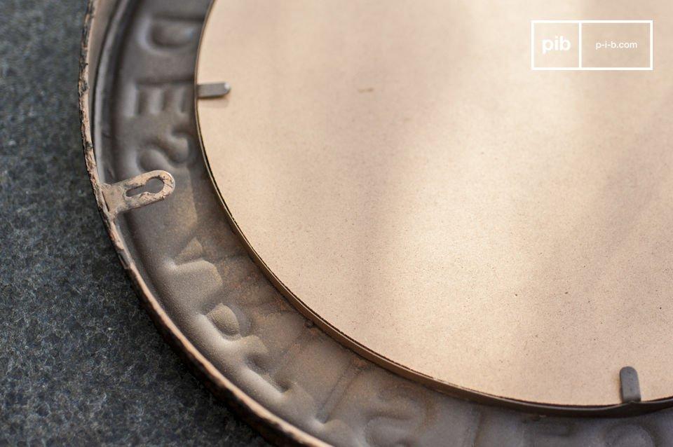 Charmte spiegel met een industrieel karakter