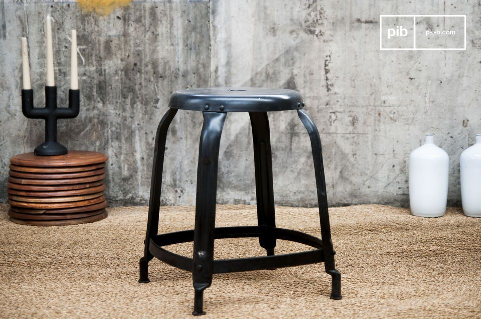 Studio Stool matzwart met klinknagels