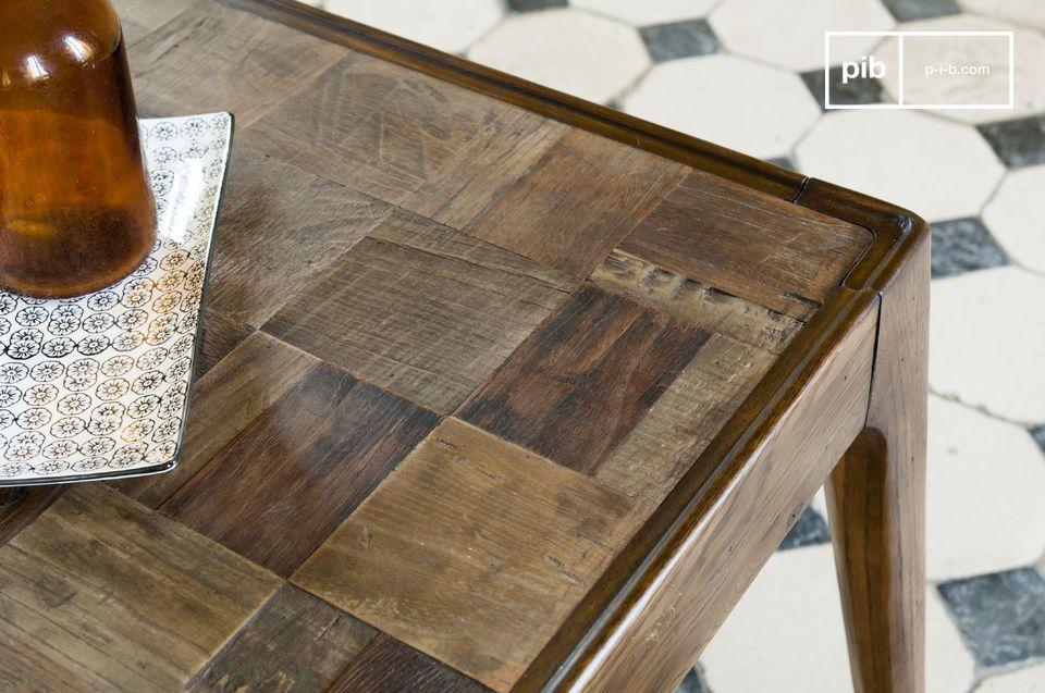 Zeer stevig op haar gelakte eikenhouten poten en een tafelblad met een prachtig kunstwerk bestaande