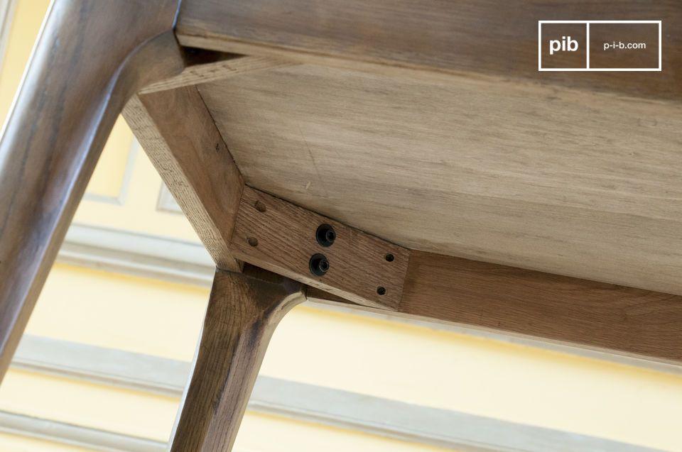 De poten doen denken aan meubelstukken uit midden twintigste eeuw; sober elegant en netjes
