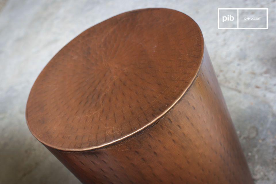 Een kleine, veelzijdige metalen tafel met tijdloos esthetisch ontwerp