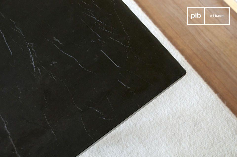 Het zwarte blad met zijn elegante witte korrel is gemaakt van marmer op een houten paneel