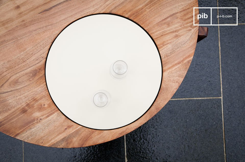 Deze originele salontafel heeft een prachtige wit plaat in het ronde tafelblad dat is gemaakt van