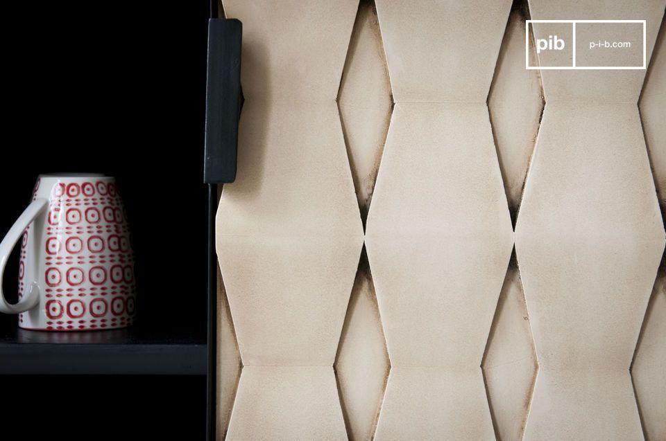 Aan de andere kant de geometrische patronen in de deuren geven het dressoir een charmante retro