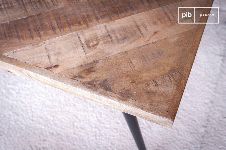 De houten bovenkant bestaat uit een visgraat verzameling van tientallen stukken hout