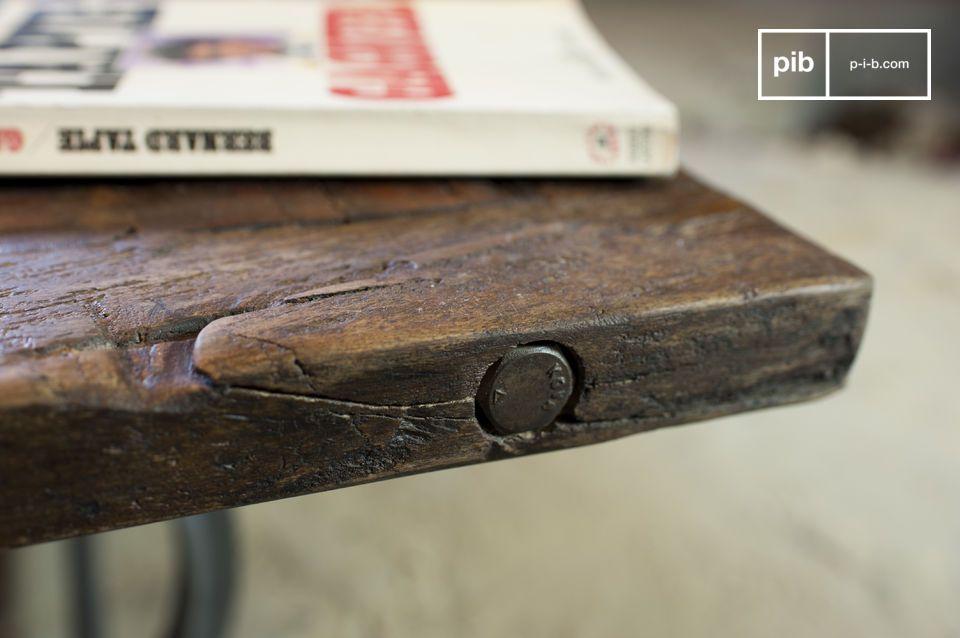 De salontafel Tonnel is een prachtig meubelstuk; een waardige vertegenwoordiger van de traditionele