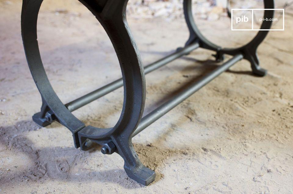 Deze tafel combineert twee typische materialen van de industriële stijl: massief hout en metaal