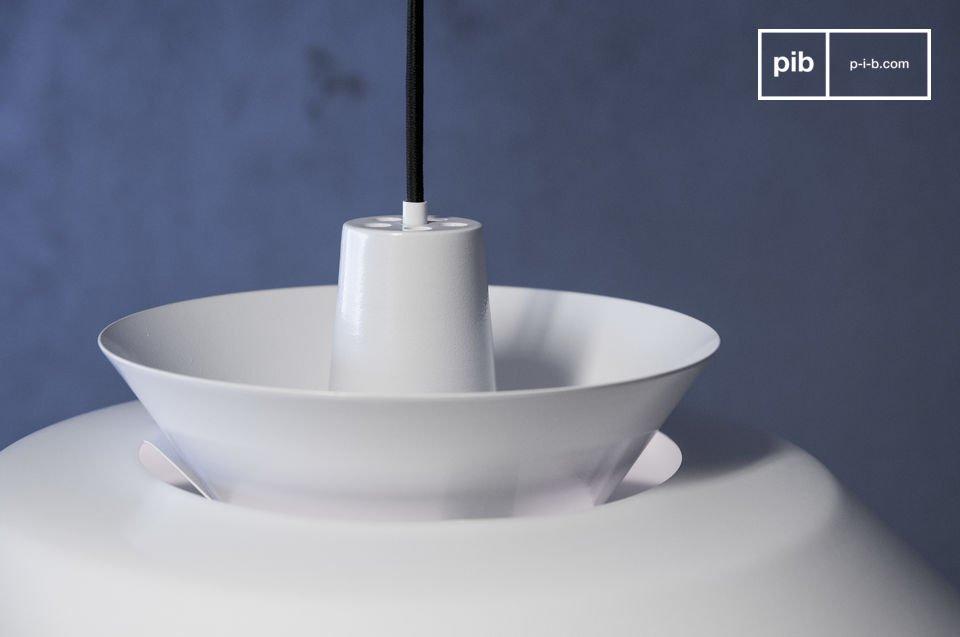 De hanglamp is volledig gemaakt van witgeschilderd metaal die bestaat uit verschillende ronde elementen met verschillende diameters