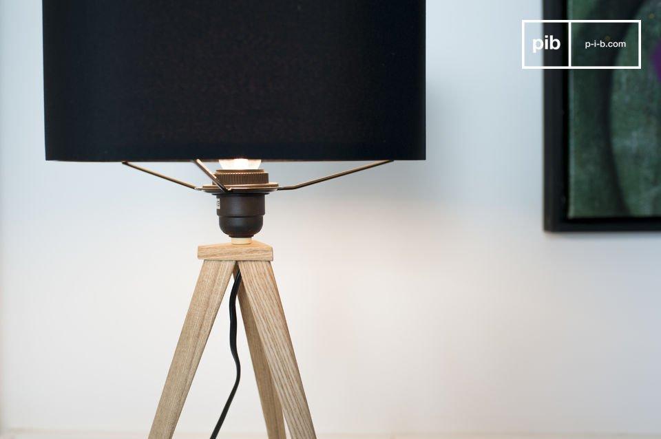 Een tripod lamp met elegante lampenkap