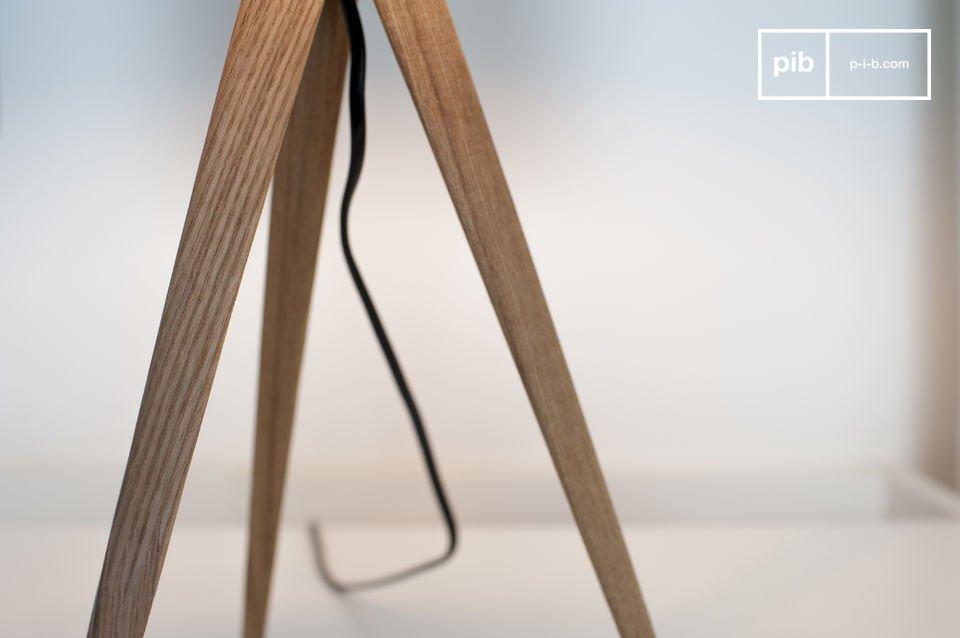 De Tripod wood tafellamp is een goed voorbeeld van lampen met een aantrekkelijke Scandinavische