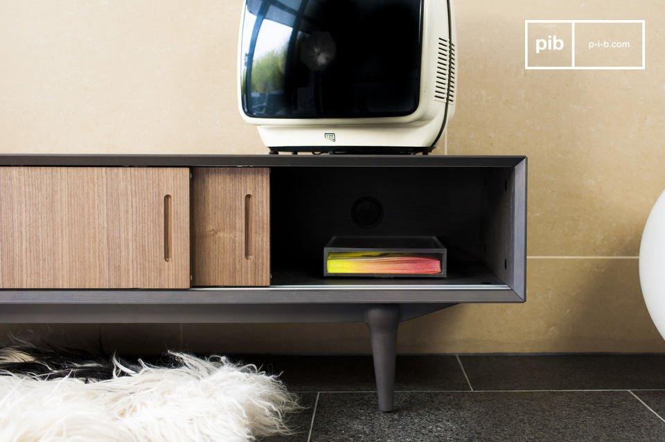 Je zult het simpele ontwerp van dit meubel waarderen: de eiken schuifdeuren