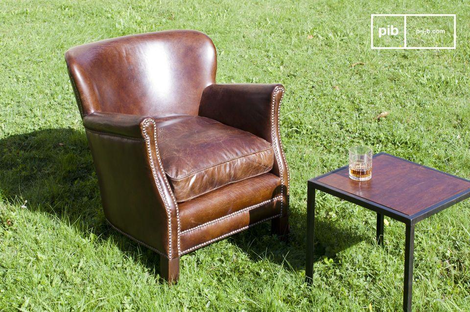 Creëer de sfeer van een Engelse pub in je woonkamer met deze leren fauteuil gemaakt van licht verouderd kalfsleer