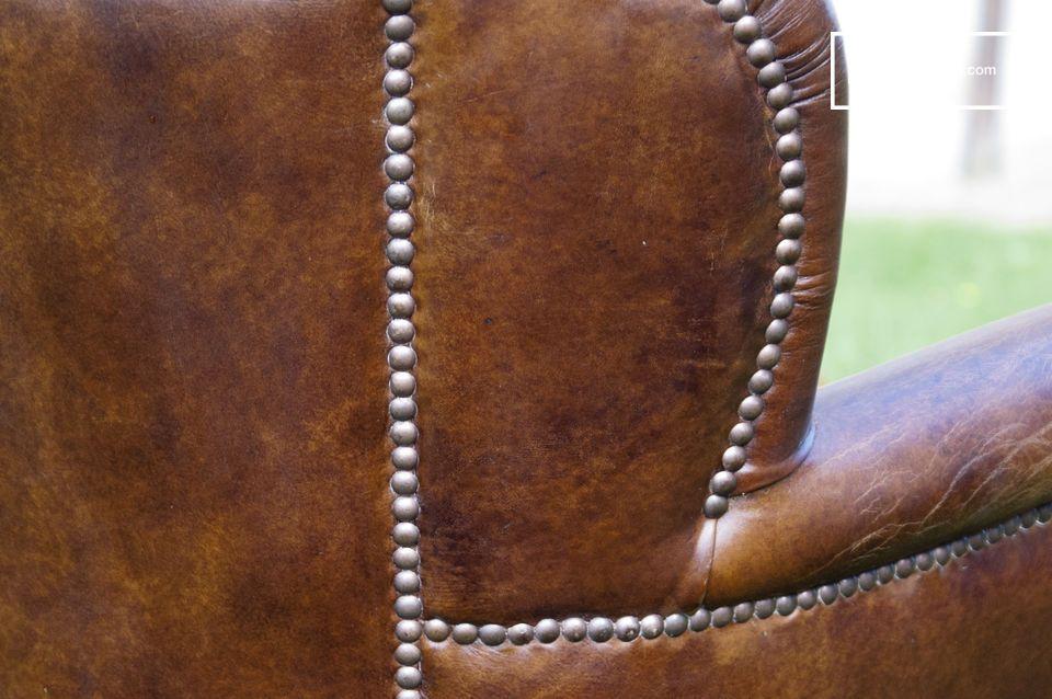 De fauteuil heeft een hoge rugleuning en goed opgevulde zitting van dons die de zitting zeer