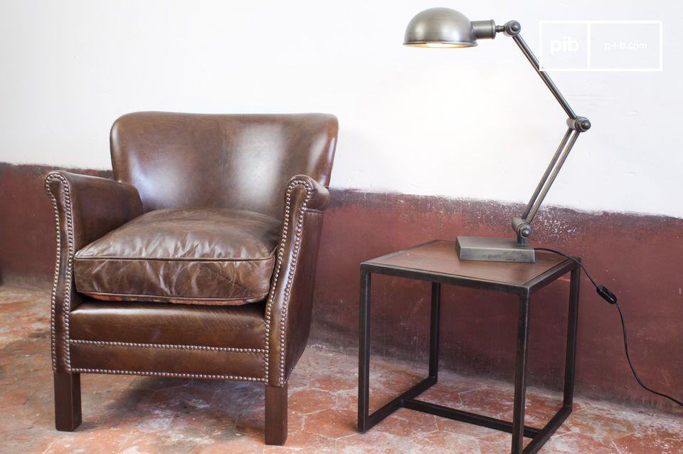 De stoel heeft een smalle omvang van minder dan 70 centimeter diep