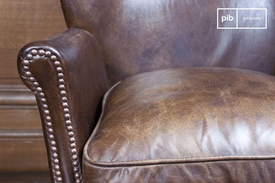 De fauteuil heeft een hoge rugleuning en goed opgevulde zitting van dons die de zitting zeer comfortabel maakt