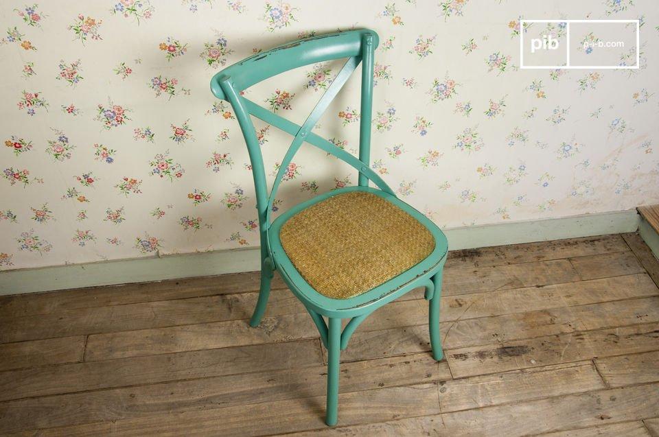 Kies voor deze stoel van beukenhout voor een retro touch aan tafel