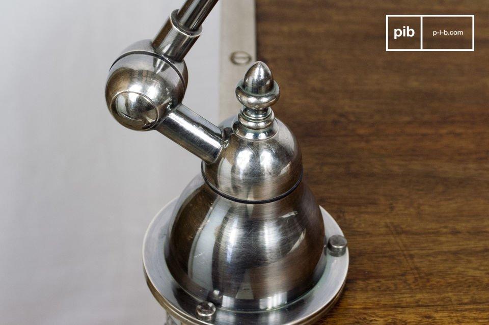 Heldere lamp gemaakt van verzilverd koper