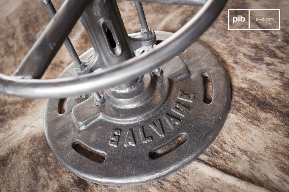 De bistrotafel Salvage brengt de onmiskenbare industriële stijl waarmee hij is ontworpen in uw