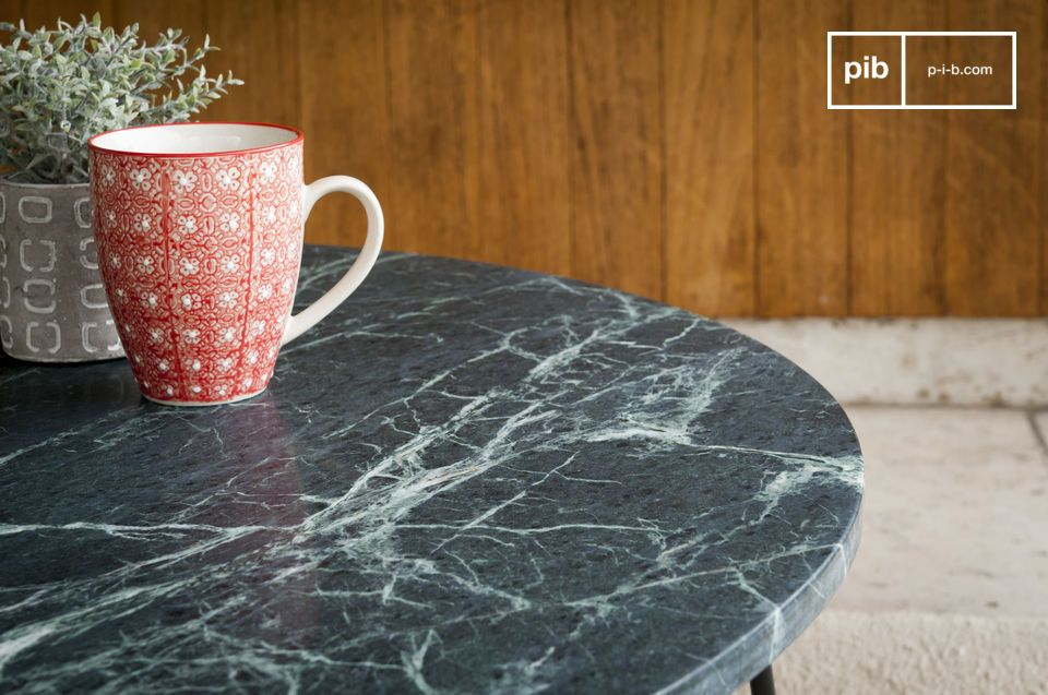 Een salontafel met tijdloze luxe tussen groen marmer en mat metaal