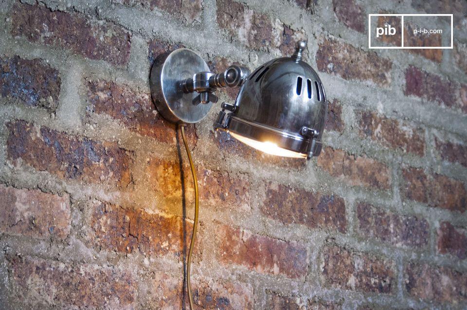 Gemaakt van verzilverd koper en gerestaureerd glas van een echte koplamp