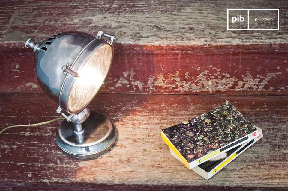 Deze gepolijste lamp is gemaakt van verzilverd koper en kan gebruikt worden als tafellamp