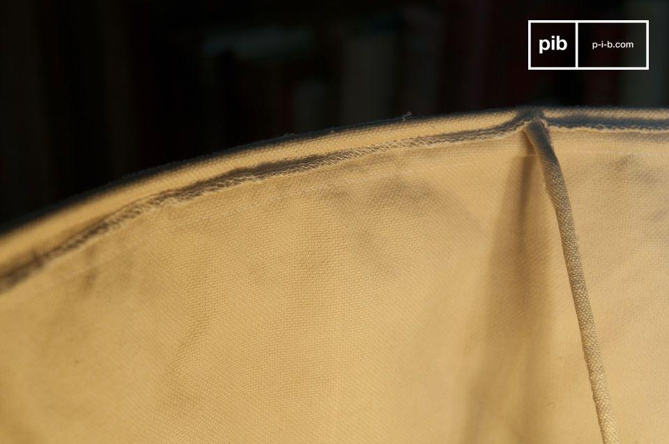 Deze lampenkap gemaakt van een dikke beige stof kent een bohème stijl toe aan jouw lamp vol charme