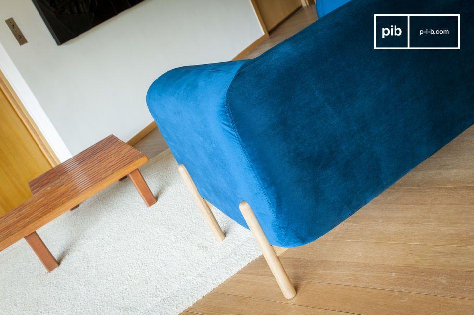 De royale vormen van de Viela fauteuil zijn voorzien van een diepblauwe fluwelen hoes