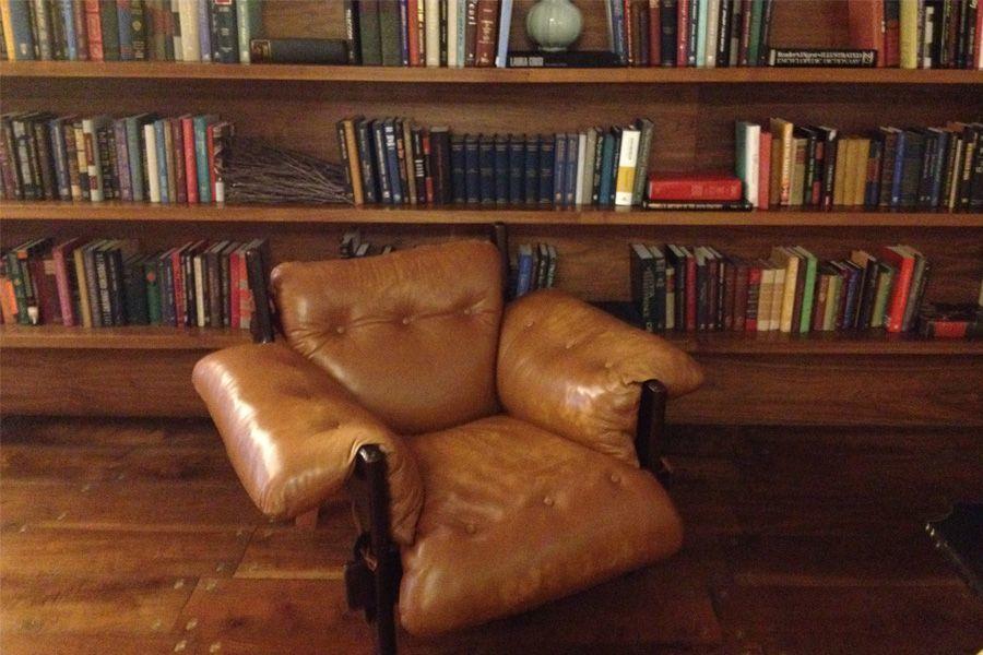 Vintage bruine lederen zetel boekenkamer