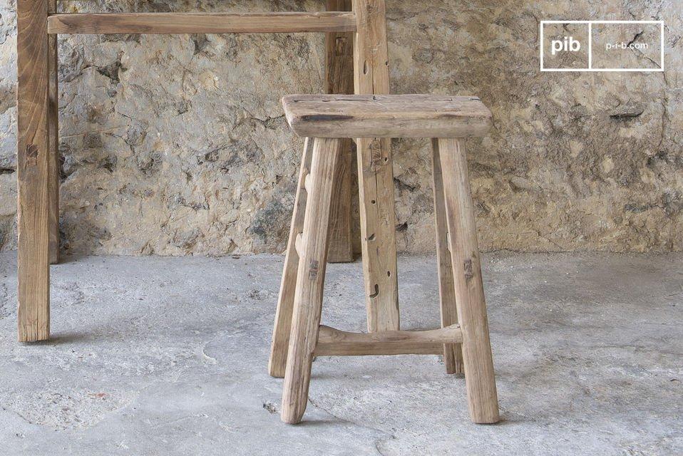 Een robuuste kruk die waarde geeft aan antiek hout en de afwerking benadrukt de unieke workshop