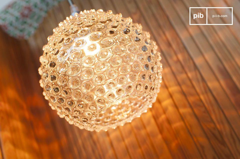 De Wagram hanglamp is gemaakt van geblazen glas en vergroot het licht dat het verspreidt