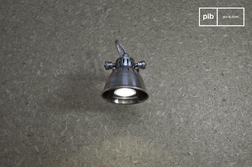 Deze wandlamp heeft een volledig retro design met zijn prachtige zilveren afwerking en opengewerkte