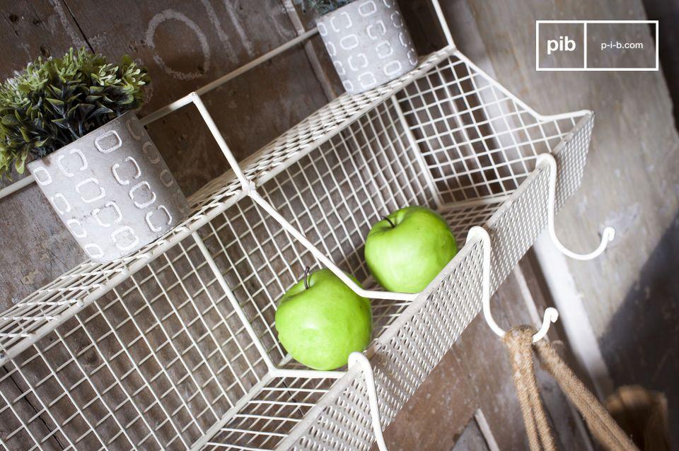 Gemaakt uit gedeeltelijk gepatineerd metaal is het Jémilie metalen wandrek perfect in een keuken