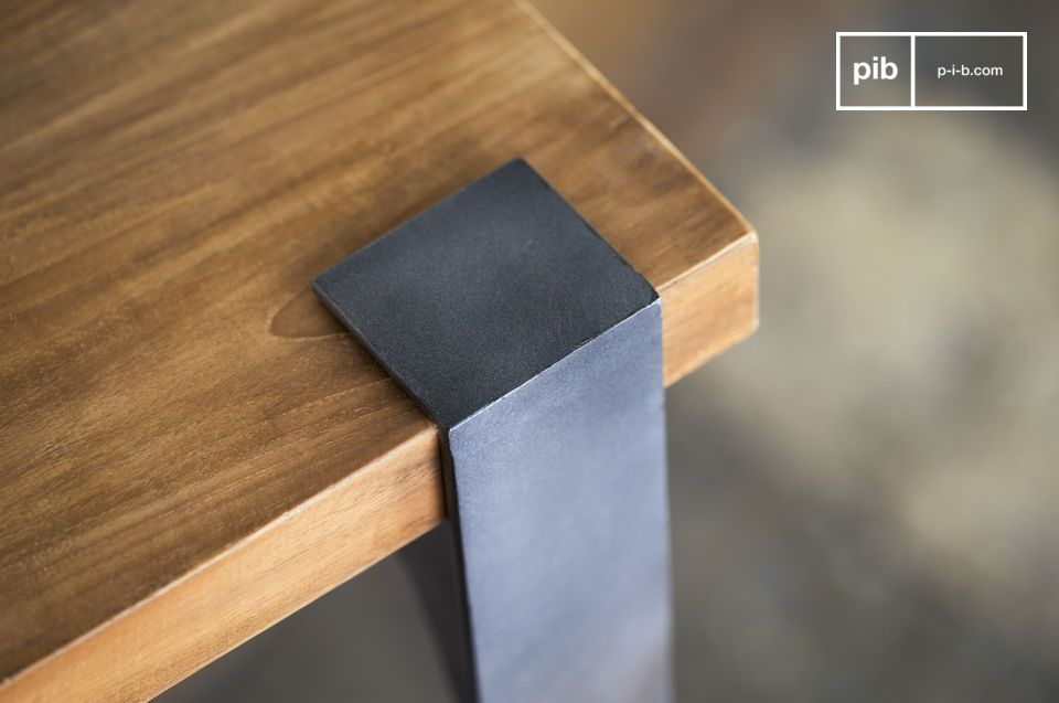 Een hoge tafel die past in elk interieur, waarbij langdurigheid een belangrijke rol speelt