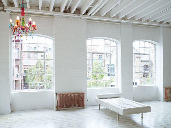 Wit interieur met kleurige kroonluchter