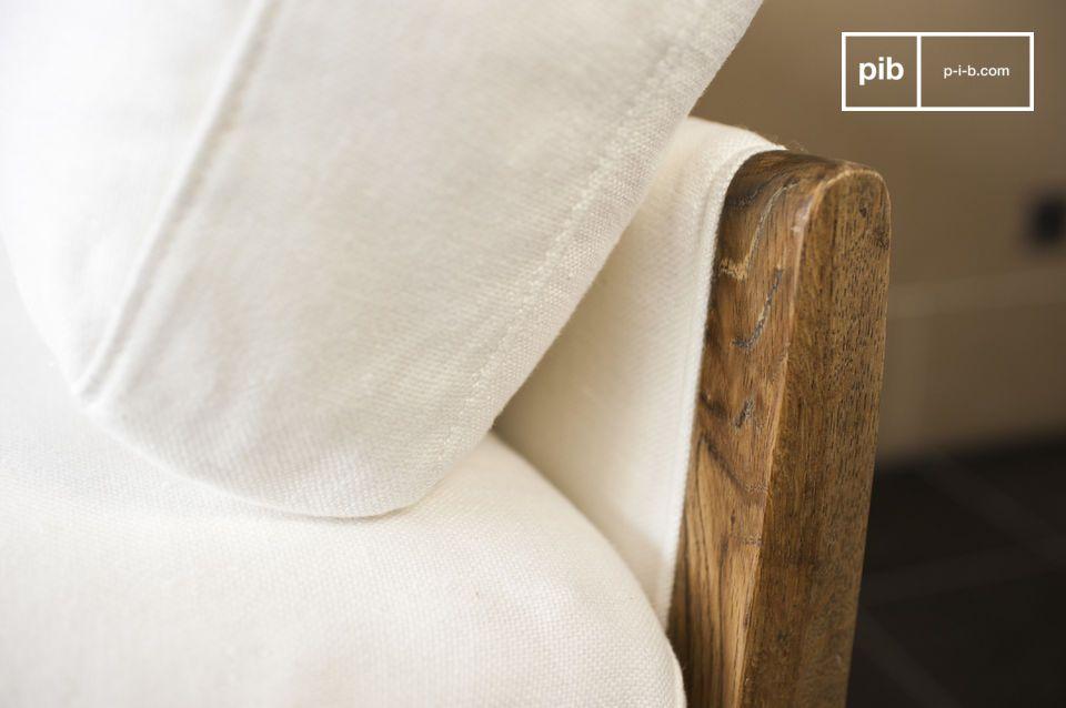 De witte Ariston bank is een meubelstuk die luxe elegantie uitstraalt