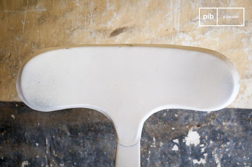 Deze hoge barkruk heeft klinknagels en voegt een industriële touch toe aan je interieur
