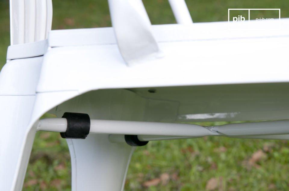 De stoel is gemaakt van witmetaal en heeft een houten zitting voor een bohemian karakter