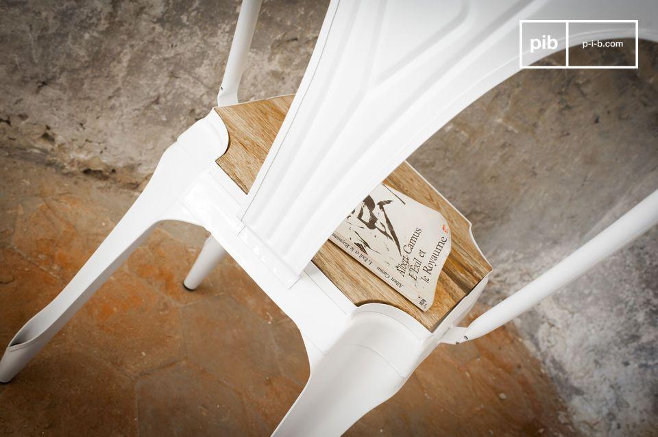 Dit iconische metalen meubelstuk werd gemaakt in de jaren \'20 en wordt nu heruitgegeven in een