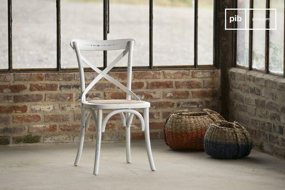 Volledig gemaakt van massief beukenhout, deze stoel vertoont een mooie witte gepatineerde afwerking die bijdraagt aan de charme van het product  De Pampelune stoel zorgt voor een uitstekend comfort, met zijn dichte rieten gewatteerde zitting en de perfect gebogen rugleuning