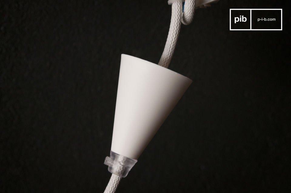 De NUD-lamp kan gebruikt worden als hanglamp of wees creatief en wikkel het om houten messen en