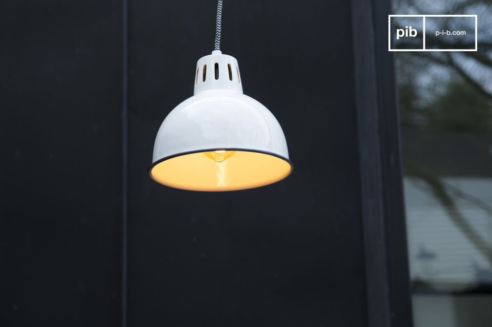 De mooie witte afwerking van de Snöl hanglamp zal je interieur helemaal afmaken