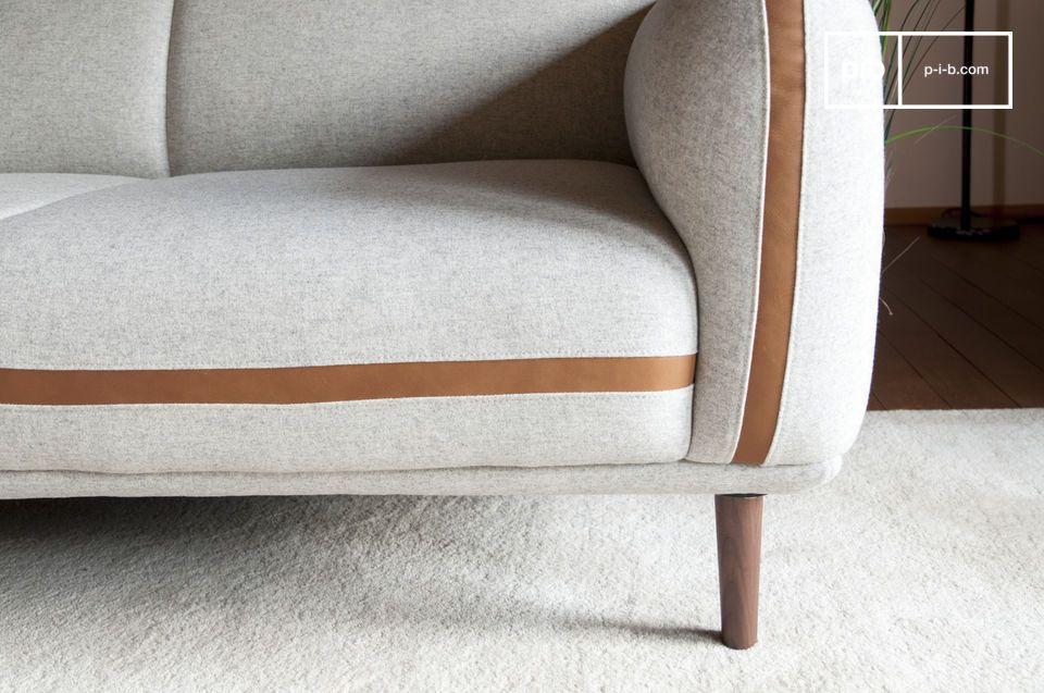 Een zitting die diep genoeg is om gevuld te worden met kussens met retro patronen