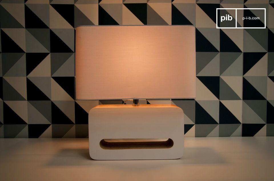 Met zijn afgeronde hoeken en gelakte afwerking past deze lamp perfect in een vintage interieur